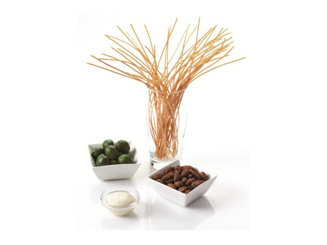 Friteret spaghetti, røgsaltede mandler og mamut oliven