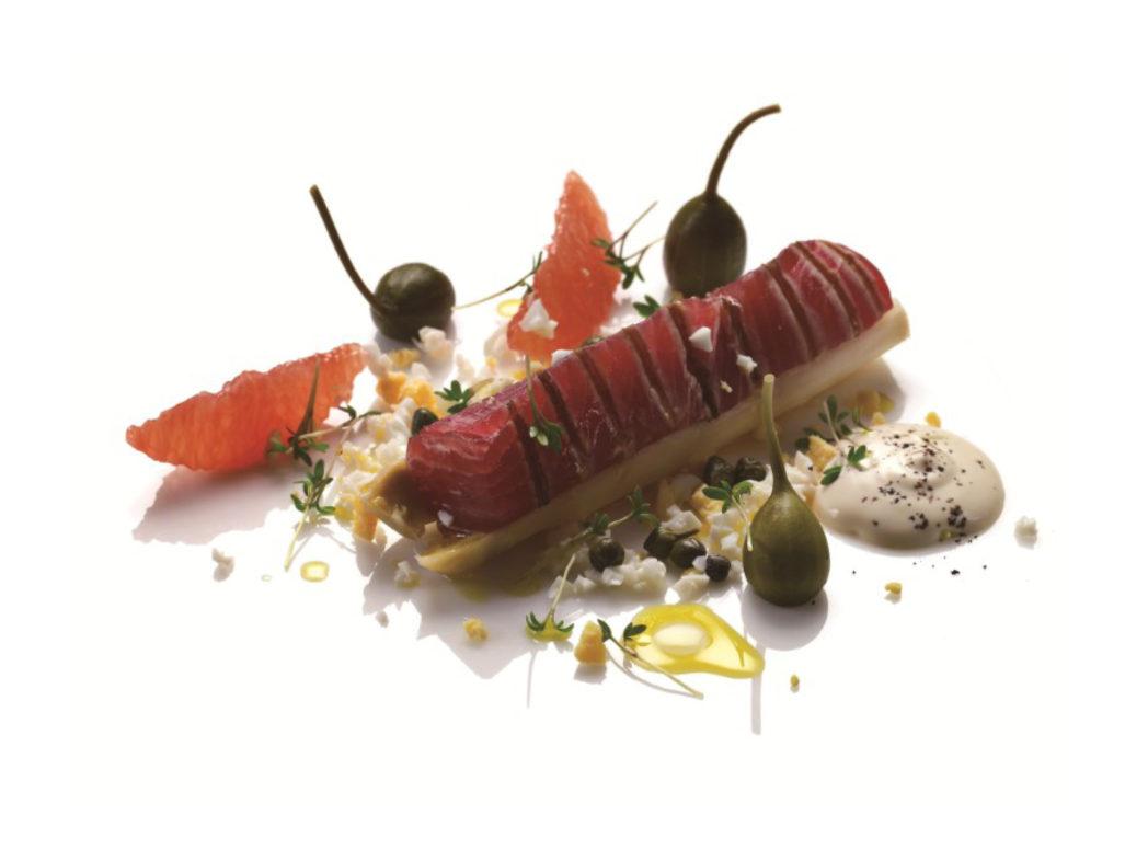 Grillet tun med hvid asparges og pink grape